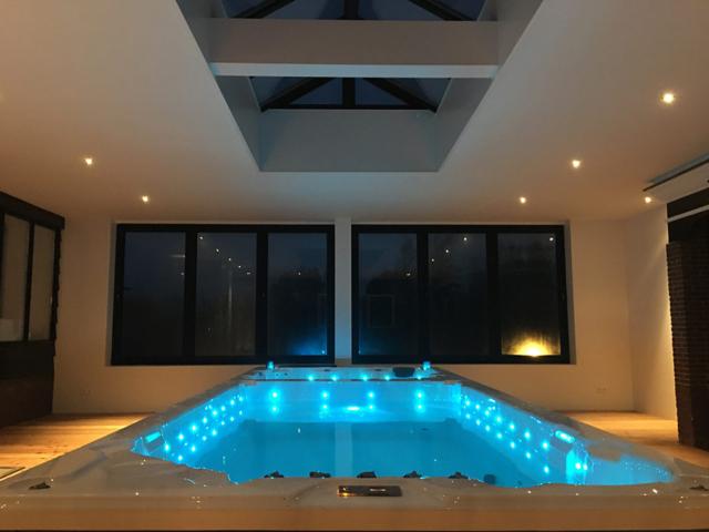 Plaatsen Van Een Binnen Spa Met Jacuzzi En Jetstream Pool